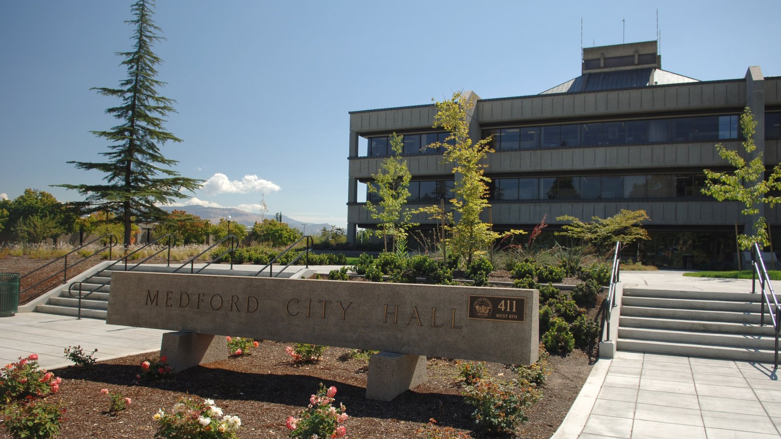 Medford mostrando un parque y un edificio administrativo