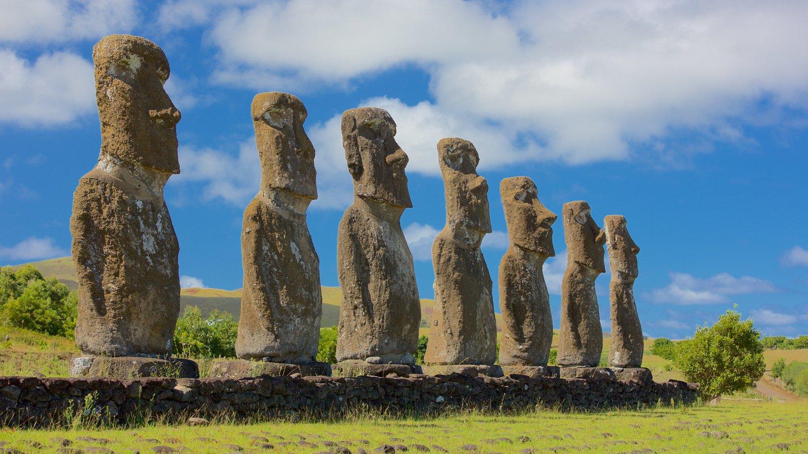 Ahu Akivi caracterizando elementos de patrimônio e uma estátua ou escultura