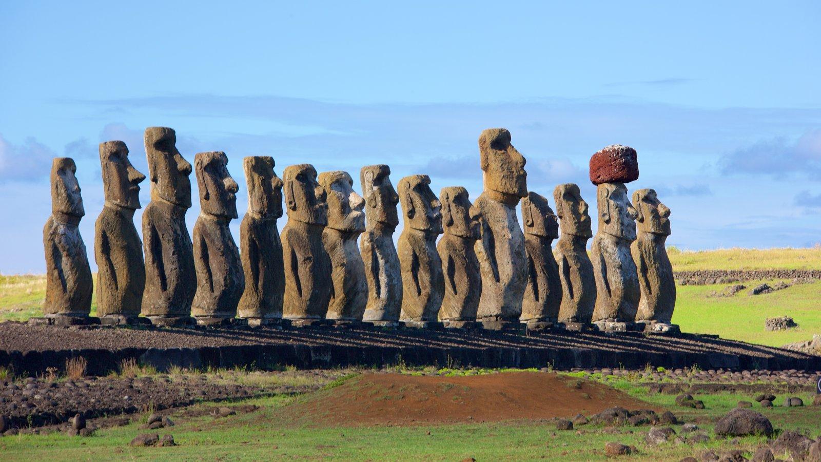 Ahu Tongariki que incluye una estatua o escultura y elementos del patrimonio