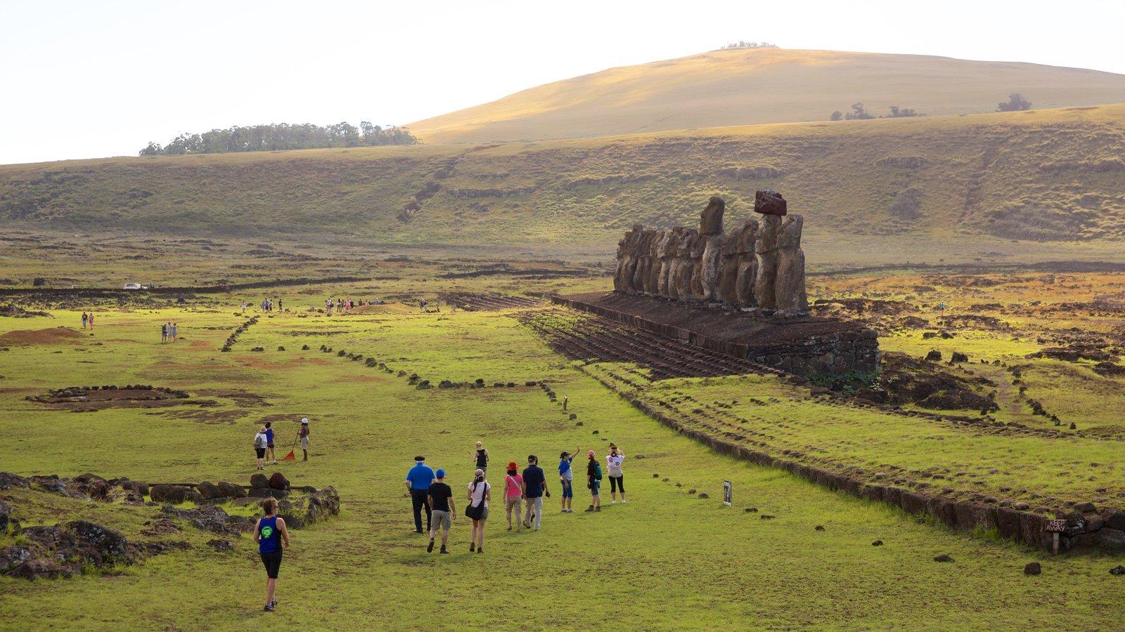 Ahu Tongariki mostrando escenas tranquilas y elementos del patrimonio y también un pequeño grupo de personas