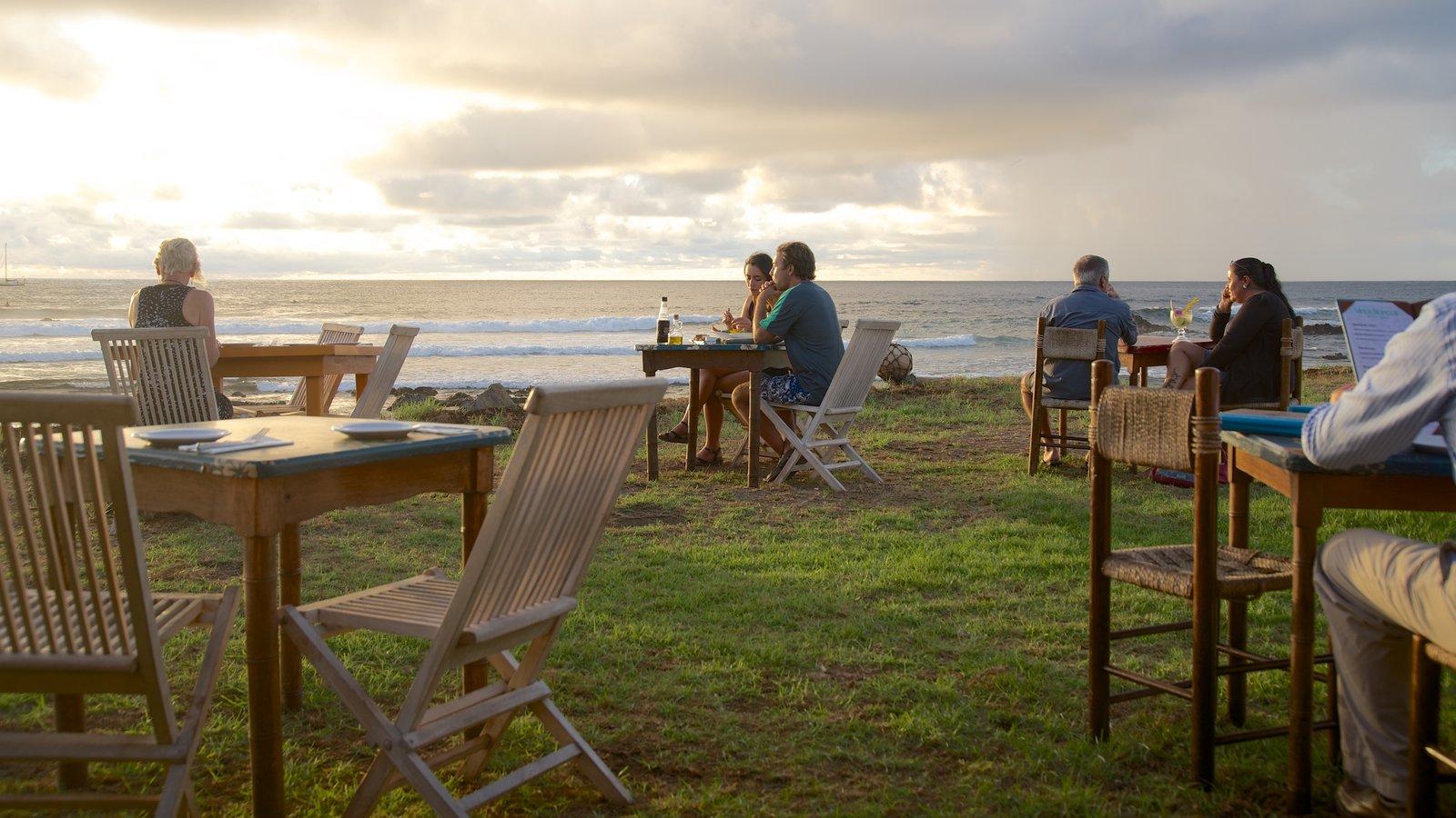 Hanga Roa mostrando vistas generales de la costa, comer al aire libre y una puesta de sol