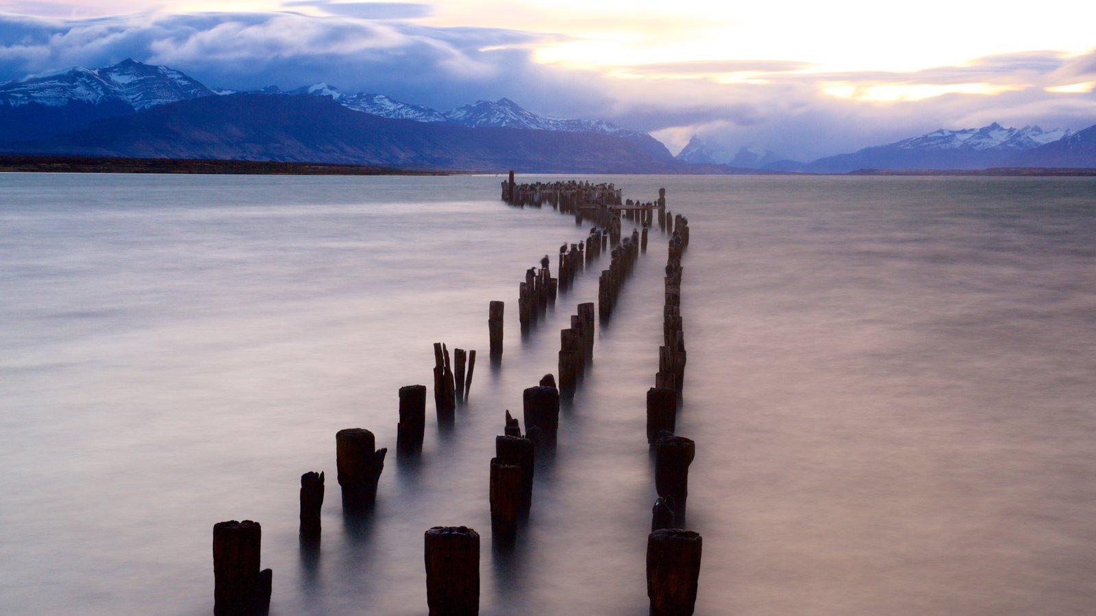 Puerto Natales que inclui um lago ou charco, um pôr do sol e paisagem
