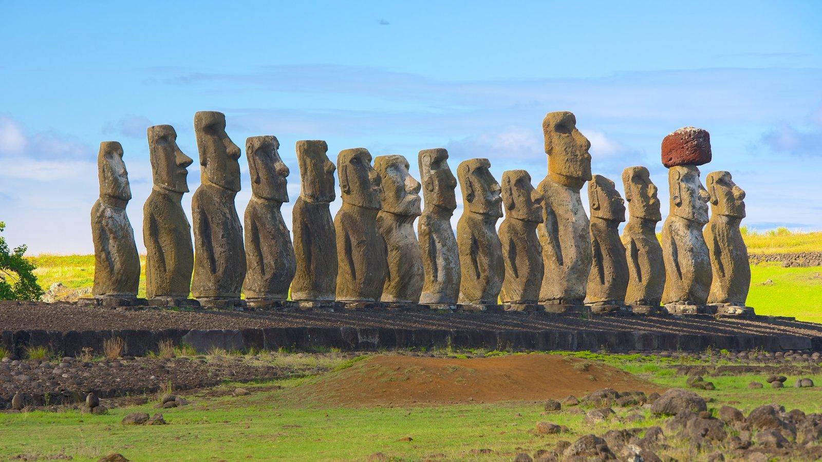 Ahu Tongariki que inclui uma estátua ou escultura, cenas tranquilas e elementos de patrimônio