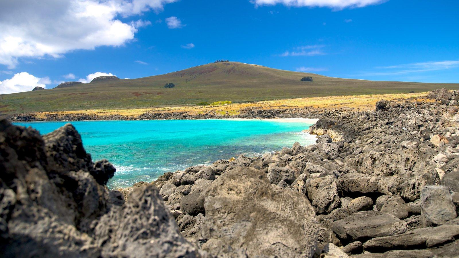Isla de Pascua ofreciendo escenas tranquilas, un lago o abrevadero y vistas de paisajes