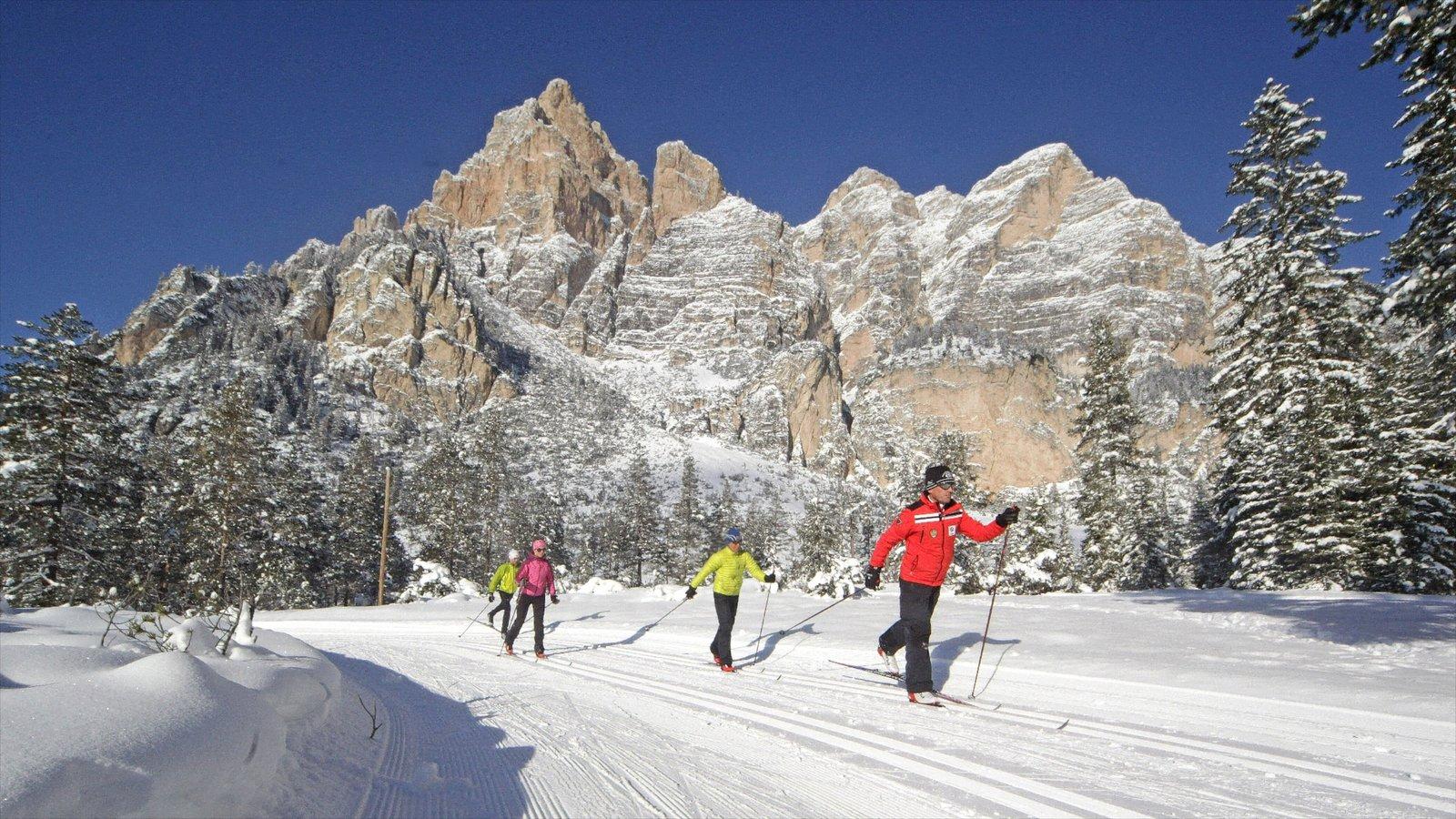 Alta Badia caracterizando esqui na neve, neve e montanhas