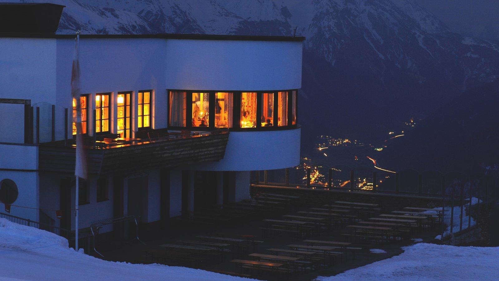 Sankt Anton am Arlberg ofreciendo escenas nocturnas, nieve y arquitectura moderna
