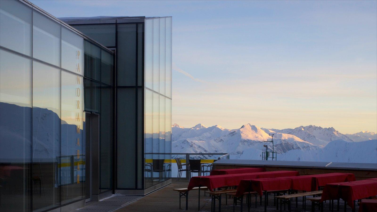 Serfaus ofreciendo nieve, comer al aire libre y arquitectura moderna