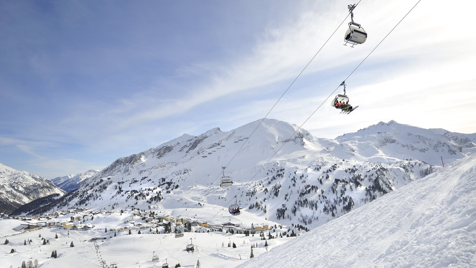 Obertauern showing a gondola, snow and mountains