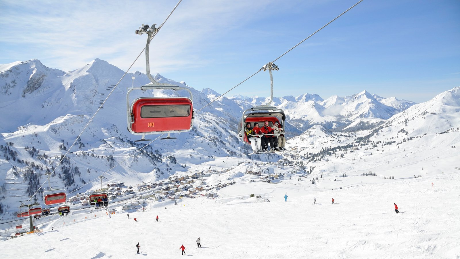Obertauern showing mountains, a gondola and snow