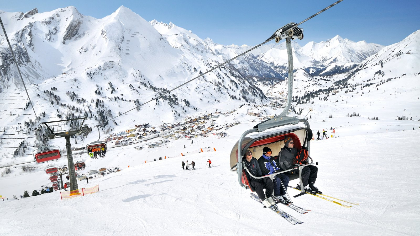 Obertauern showing a gondola, snow skiing and mountains