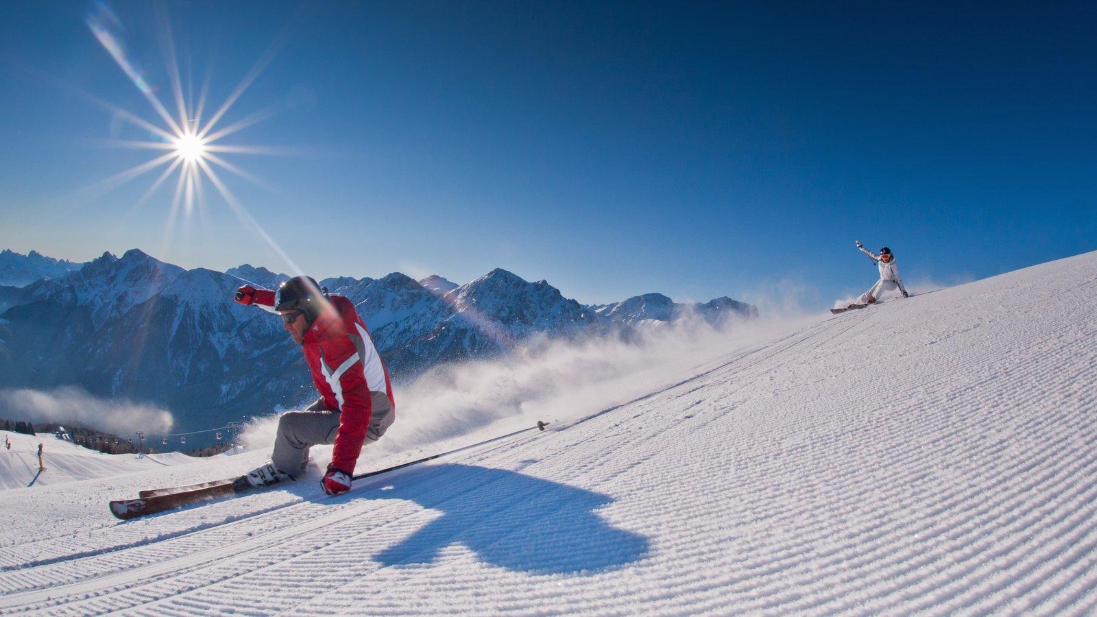 Área de esqui de Kronplatz caracterizando neve e esqui na neve assim como um pequeno grupo de pessoas