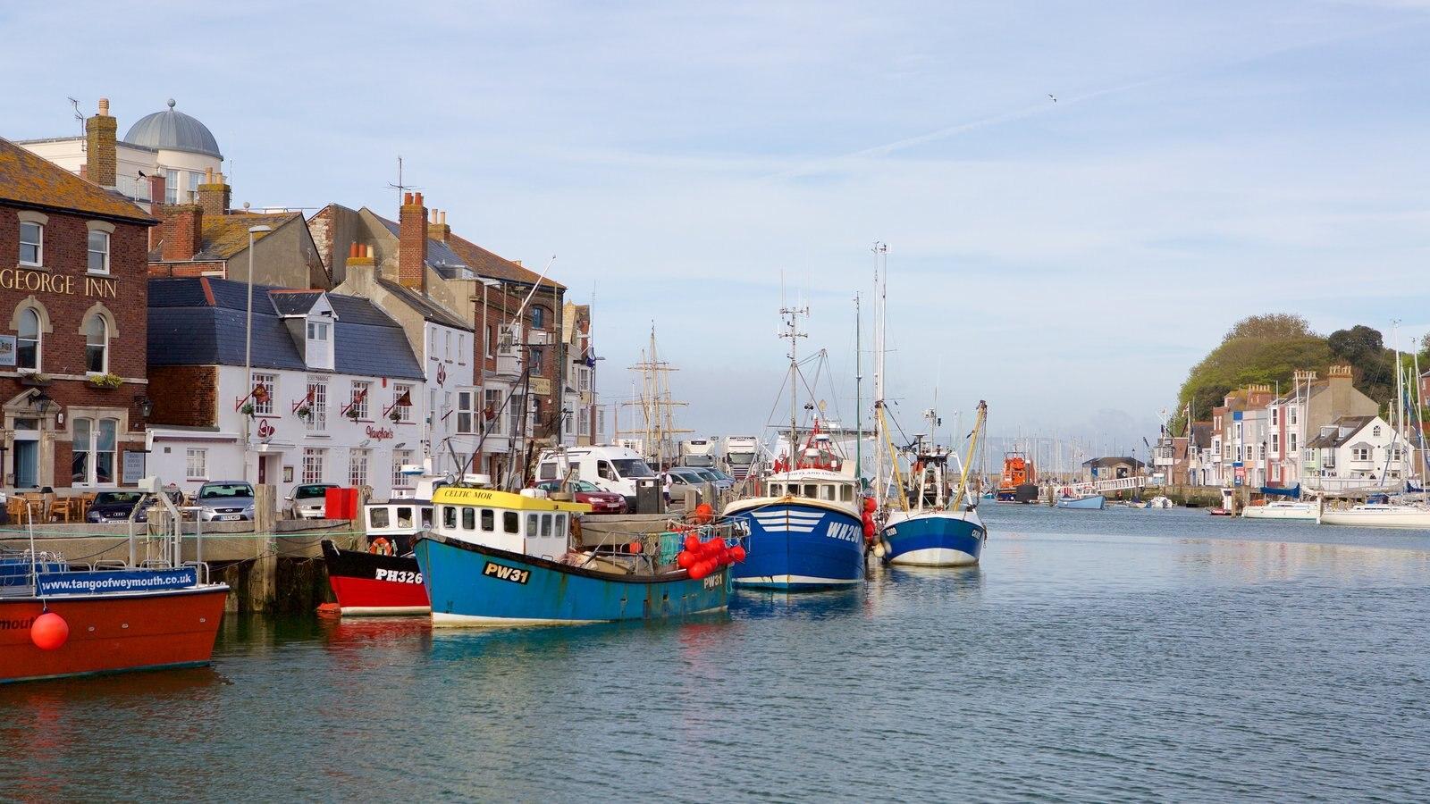Weymouth que inclui uma cidade litorânea, arquitetura de patrimônio e um rio ou córrego