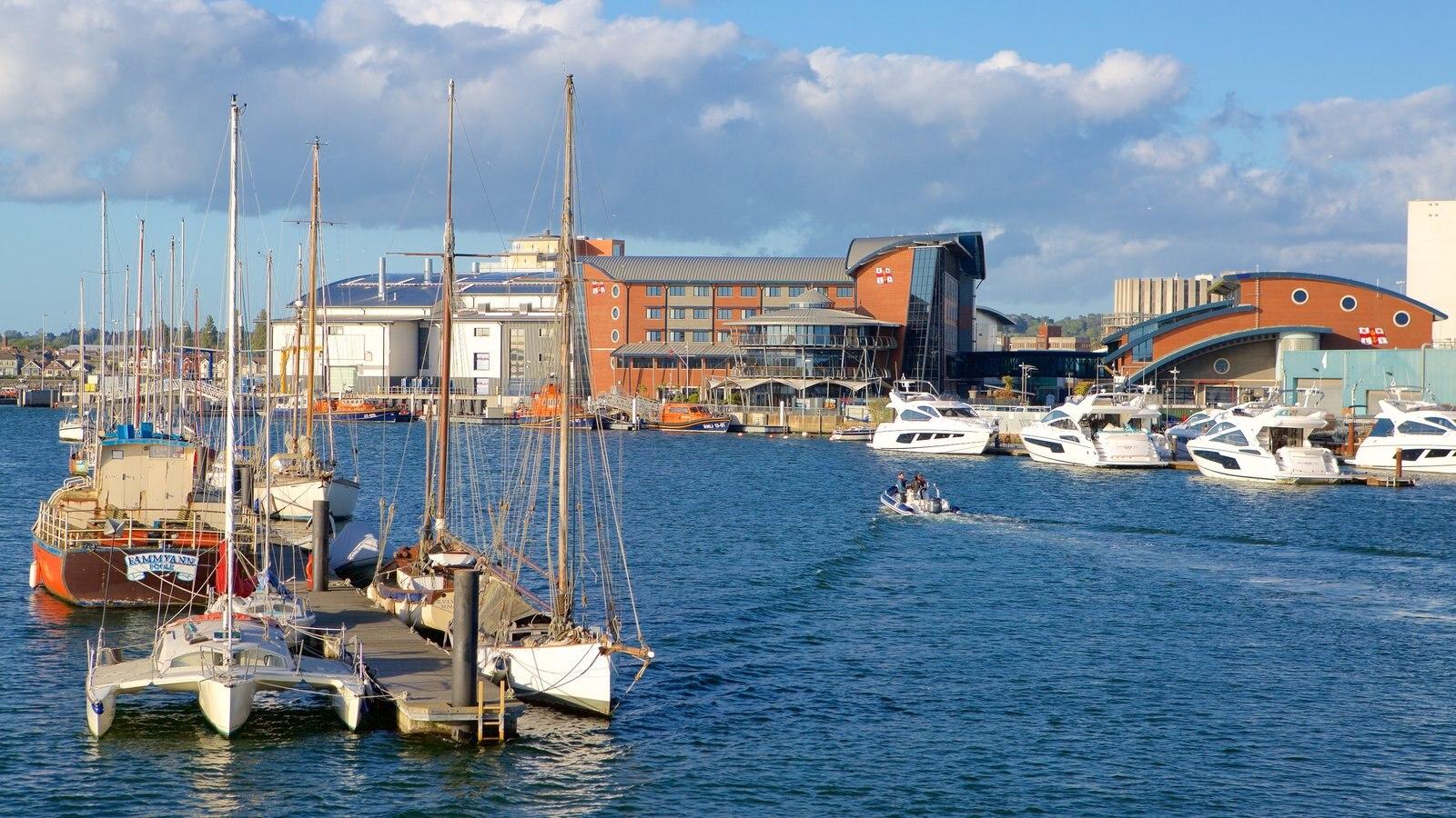 Porto de Poole mostrando um rio ou córrego e arquitetura de patrimônio