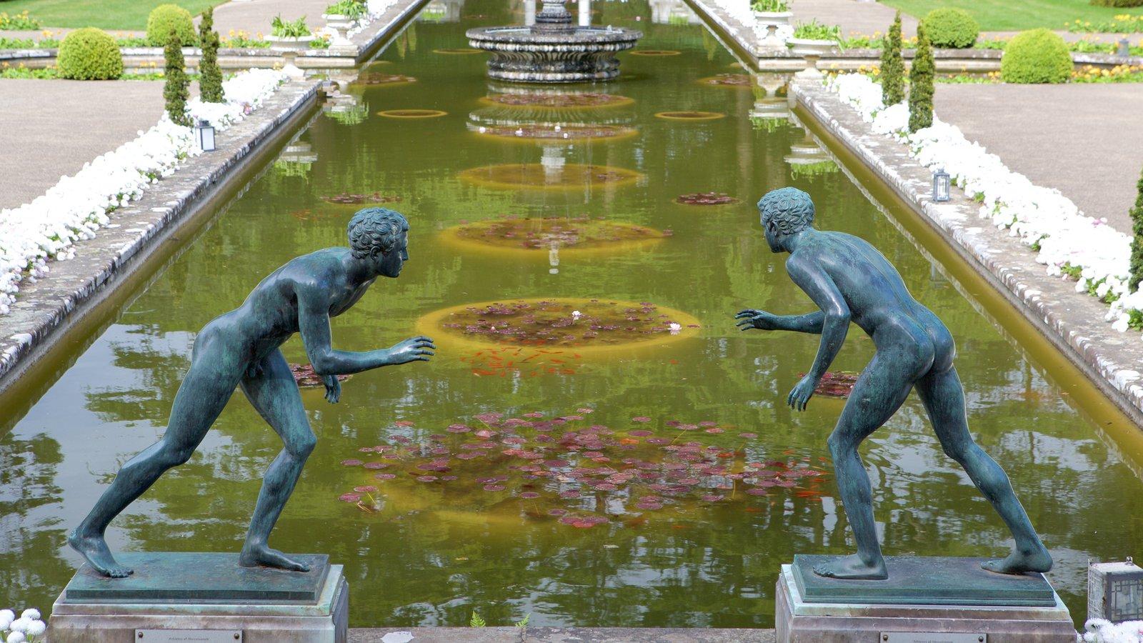 Compton Acres mostrando uma estátua ou escultura, um jardim e uma fonte