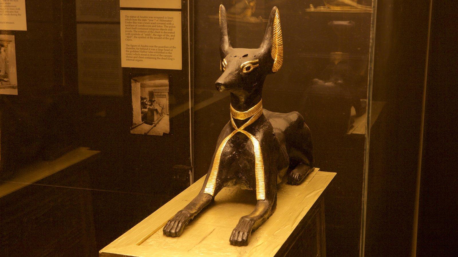 Tutankamon a exposição que inclui elementos de patrimônio e uma estátua ou escultura