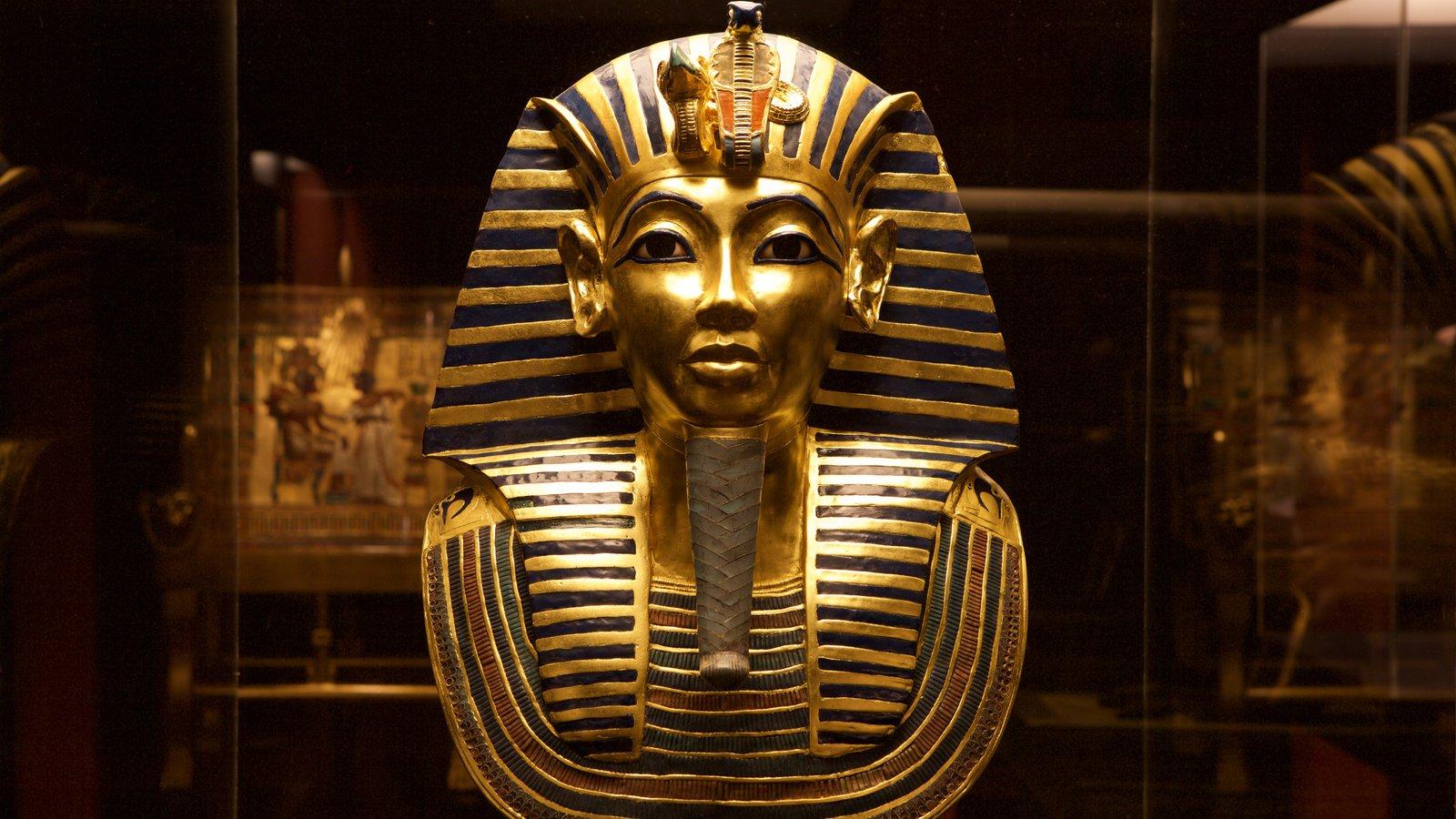 Tutankamon a exposição mostrando uma estátua ou escultura e elementos de patrimônio