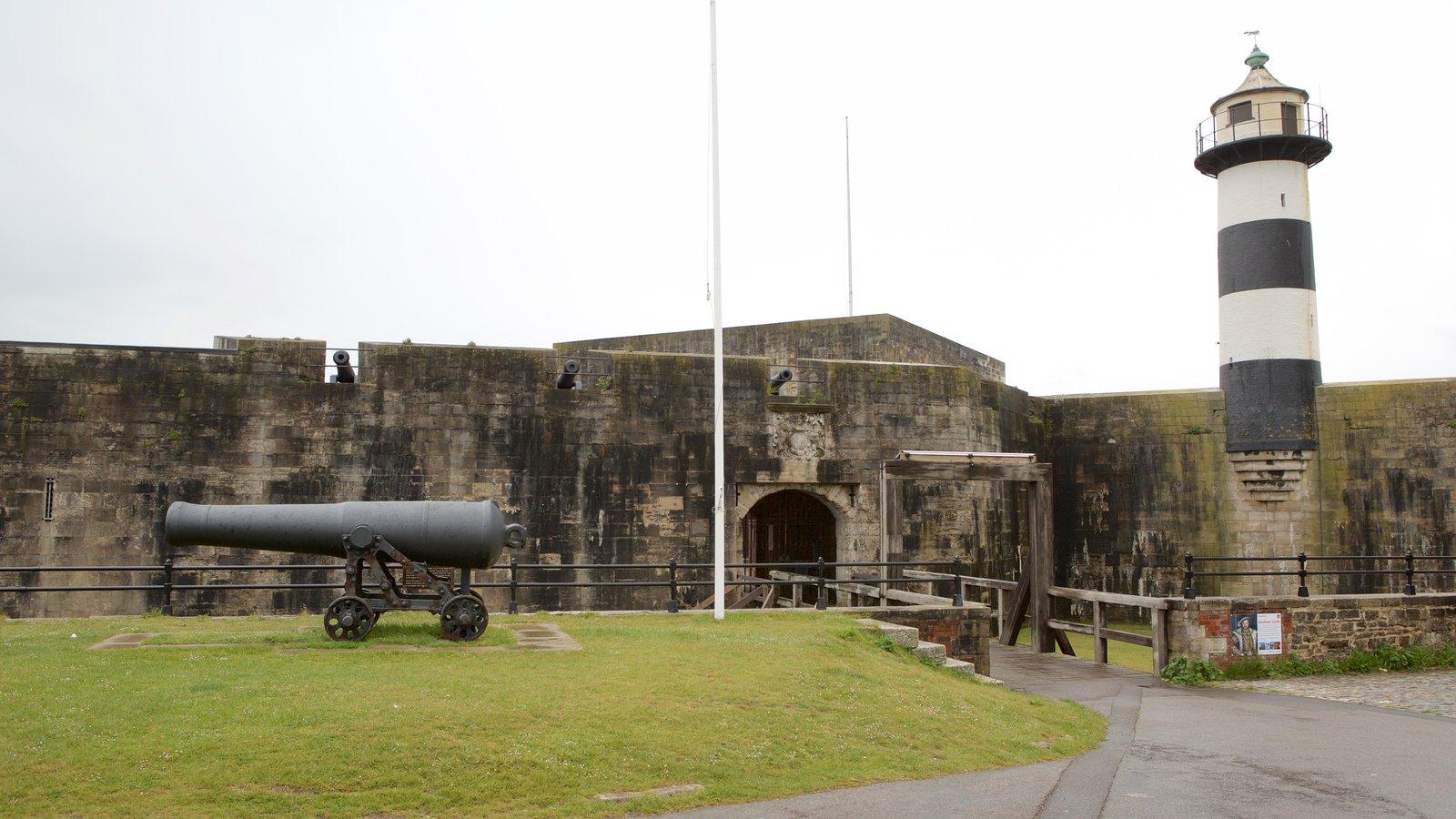 Southsea Castle que inclui elementos de patrimônio, um farol e um pequeno castelo ou palácio