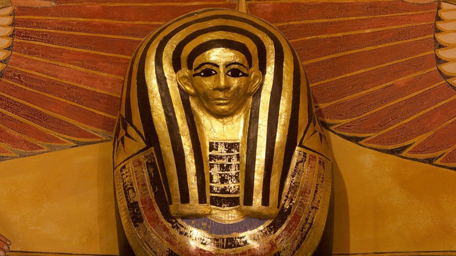 Tutankamon a exposição mostrando elementos de patrimônio e um monumento