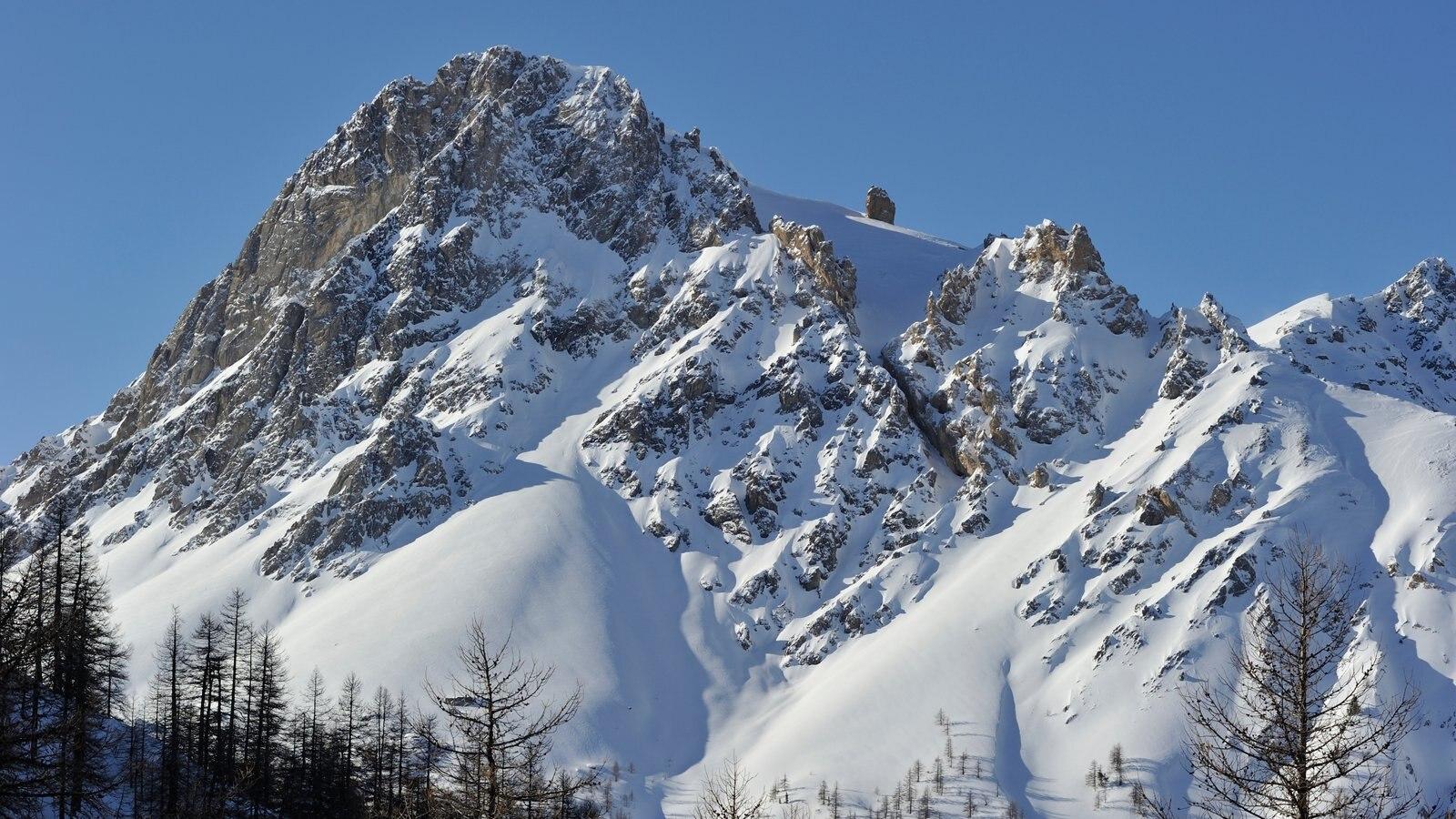 Bardonecchia Ski Resort showing mountains and snow