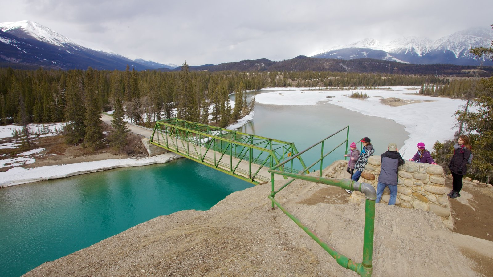 Jasper National Park showing views and a bridge as well as a family