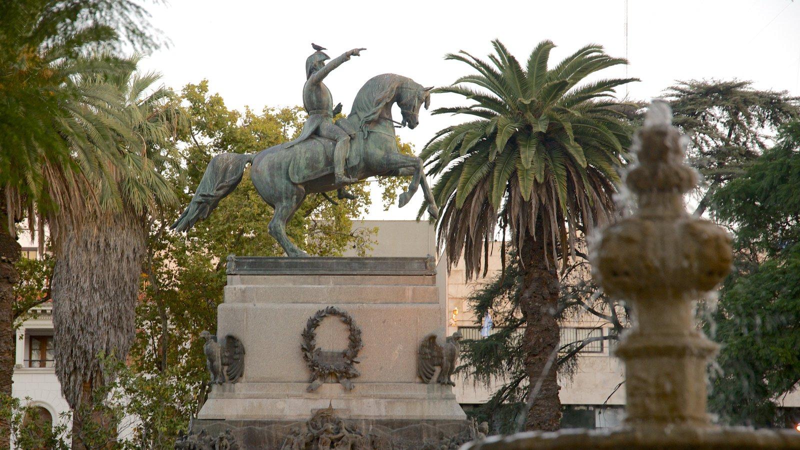 Plaza San Martín caracterizando uma estátua ou escultura