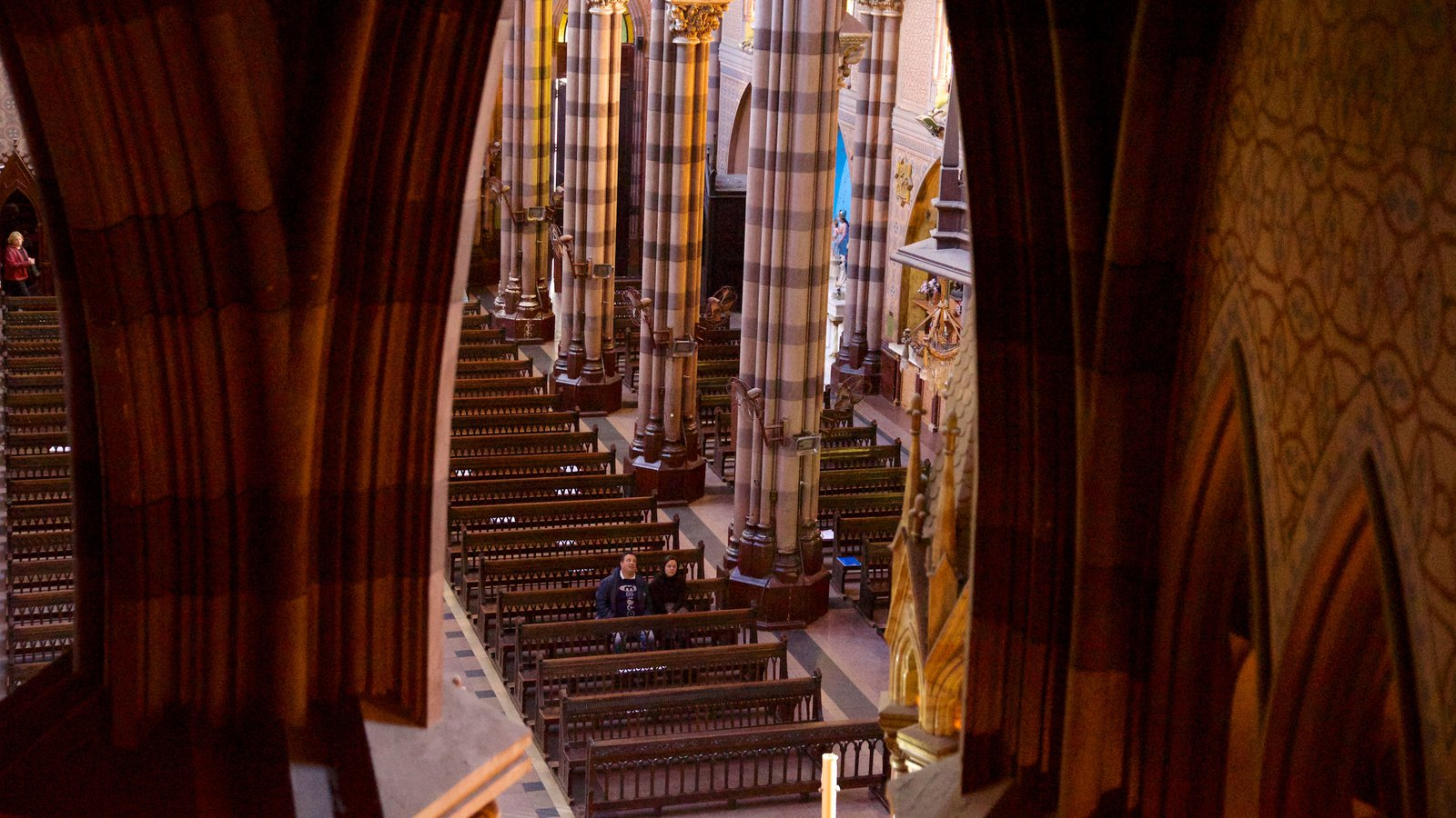 Iglesia del Sagrado Corazón mostrando vistas internas, uma igreja ou catedral e elementos religiosos