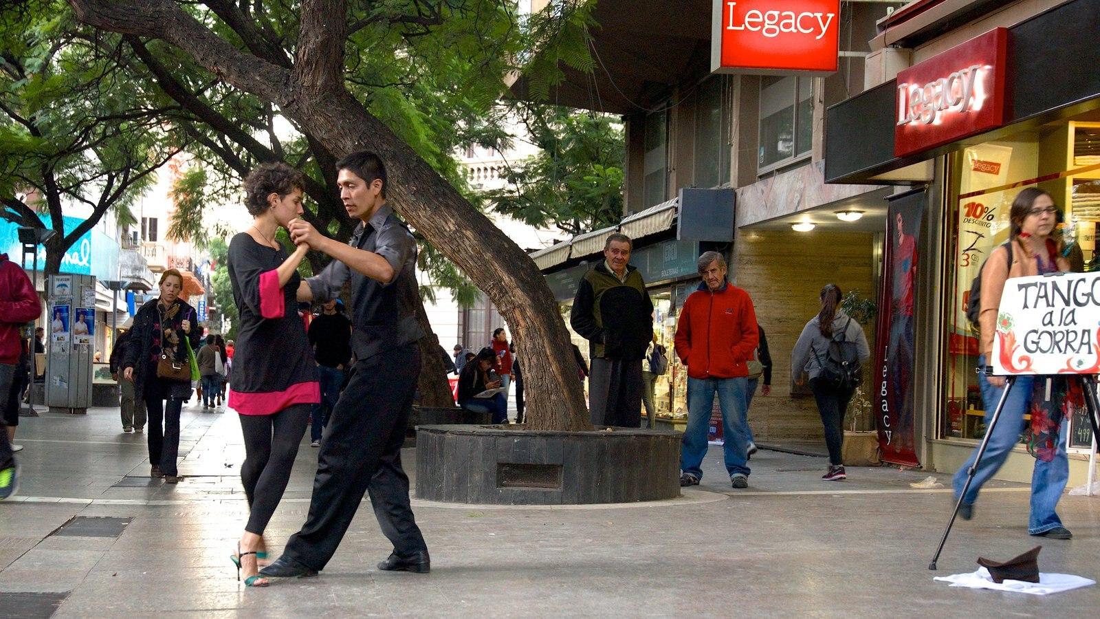 Cordoba caracterizando performance de rua assim como um casal