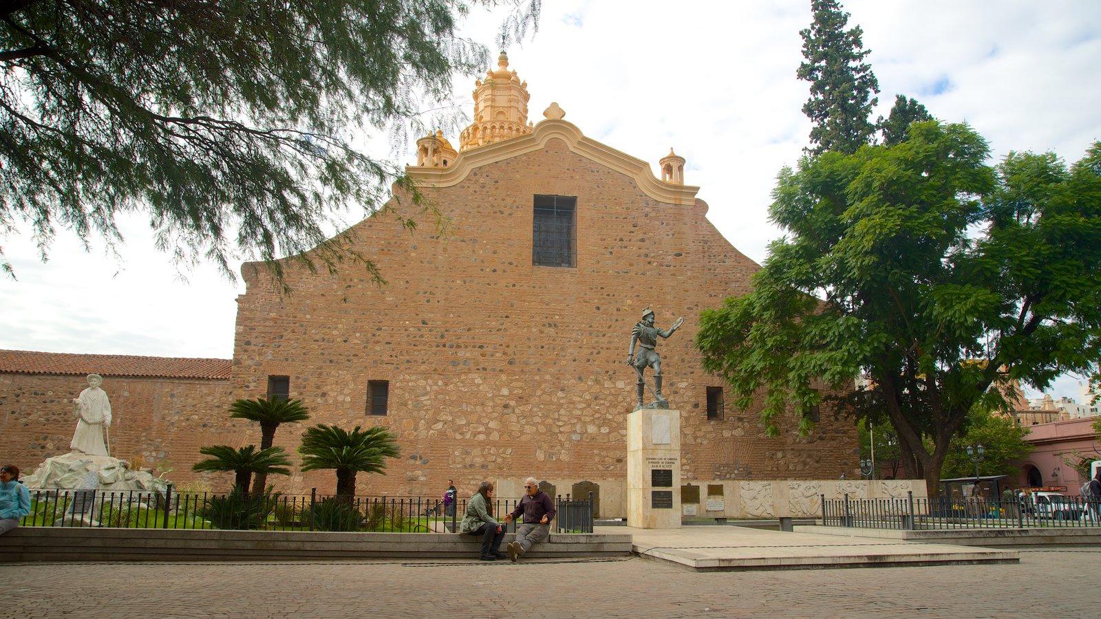Catedral de Cordoba caracterizando elementos religiosos, arquitetura de patrimônio e uma igreja ou catedral
