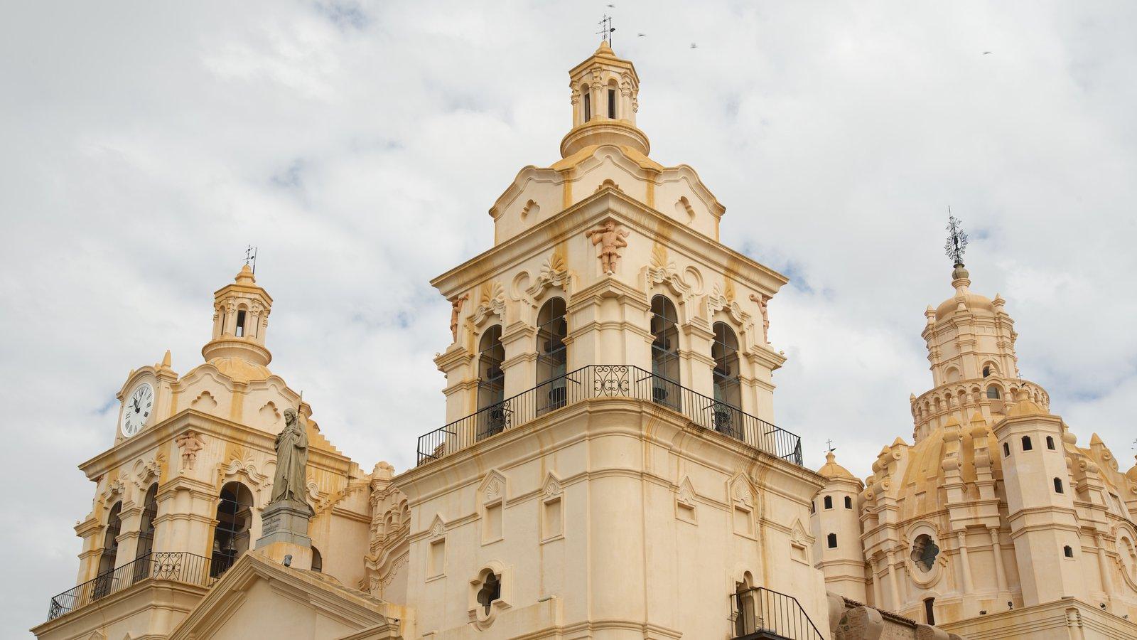 Catedral de Cordoba mostrando arquitetura de patrimônio, uma igreja ou catedral e elementos religiosos