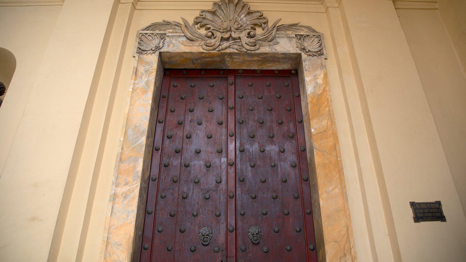 Catedral de Cordoba caracterizando uma igreja ou catedral, elementos religiosos e arquitetura de patrimônio