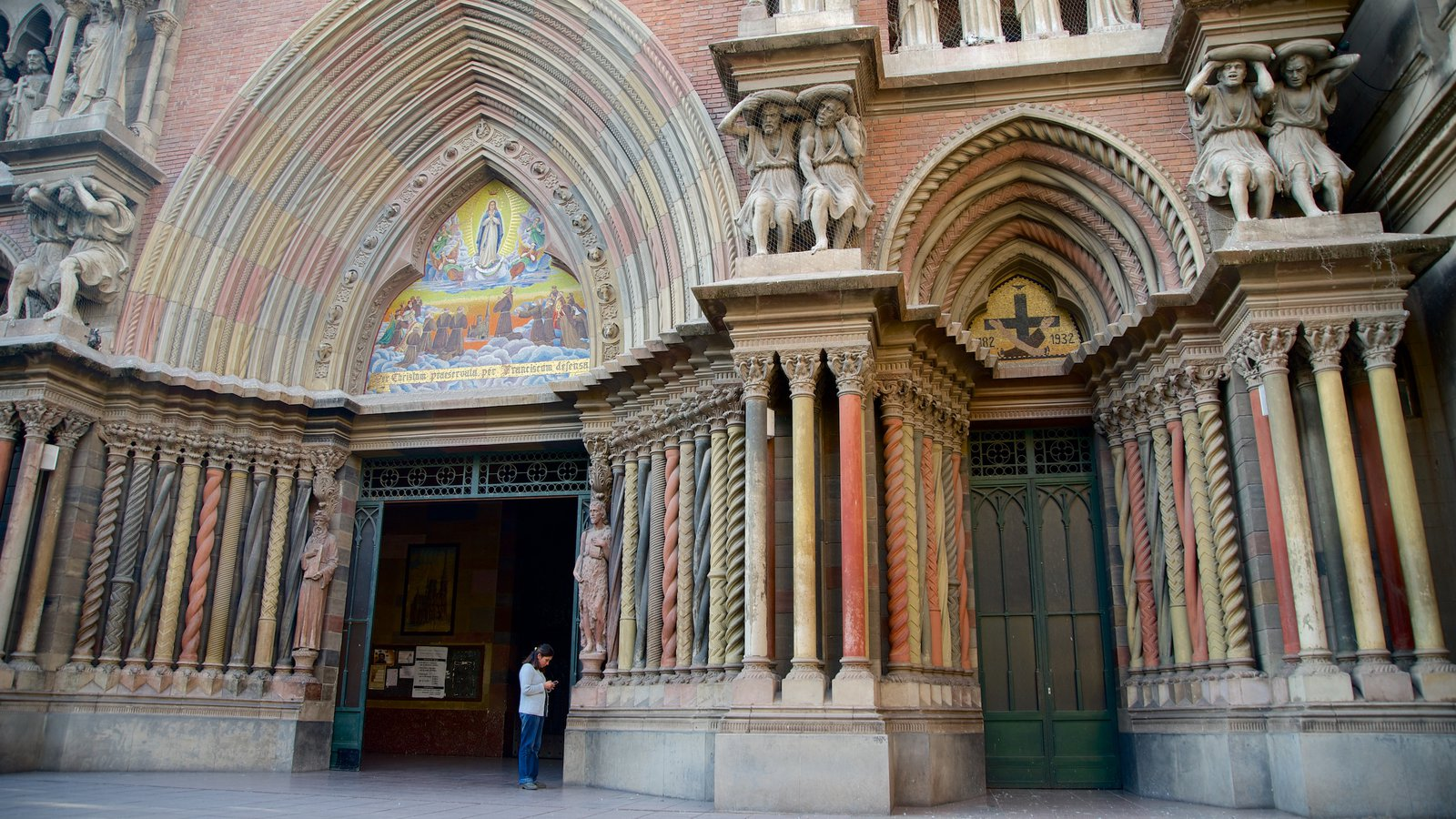 Iglesia del Sagrado Corazón que inclui uma igreja ou catedral, arquitetura de patrimônio e aspectos religiosos