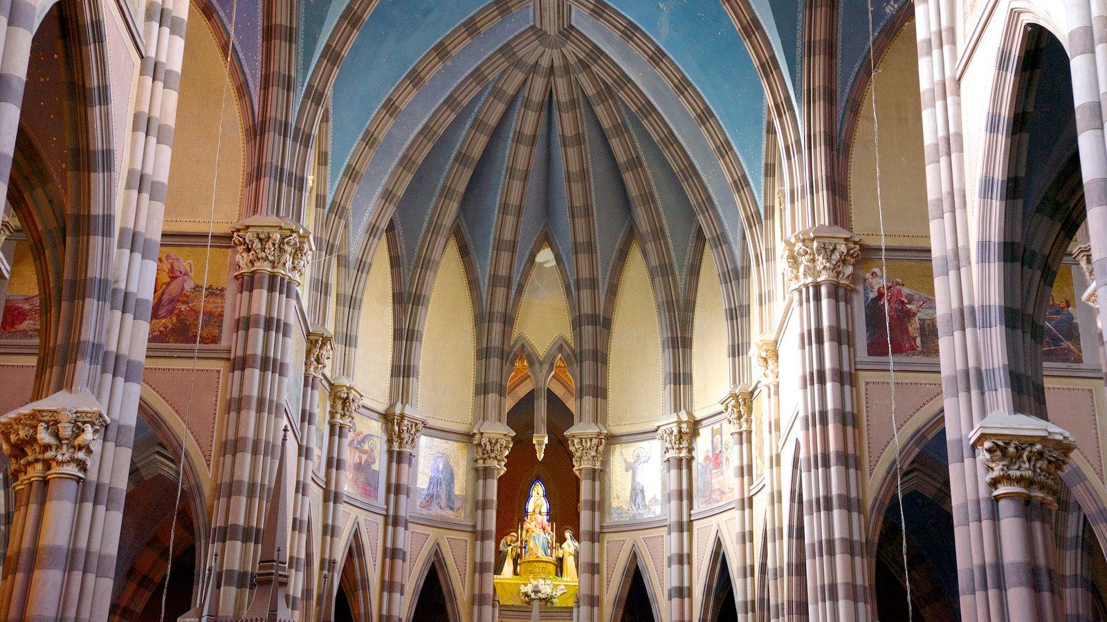 Iglesia del Sagrado Corazón que inclui vistas internas, elementos religiosos e arquitetura de patrimônio