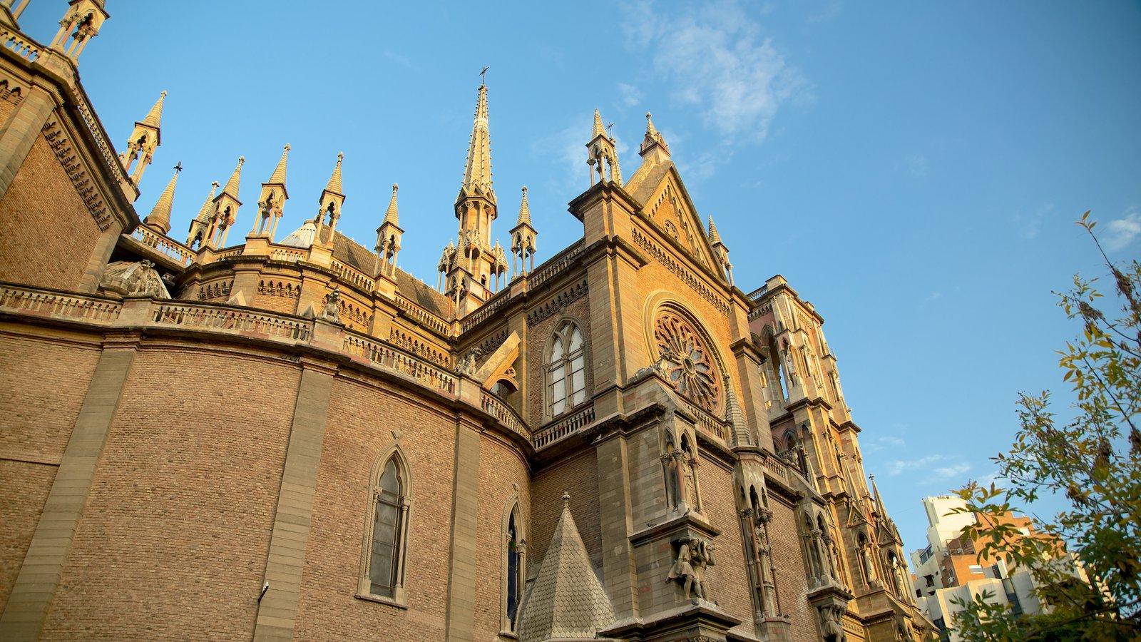 Iglesia del Sagrado Corazón caracterizando arquitetura de patrimônio, elementos religiosos e um pôr do sol