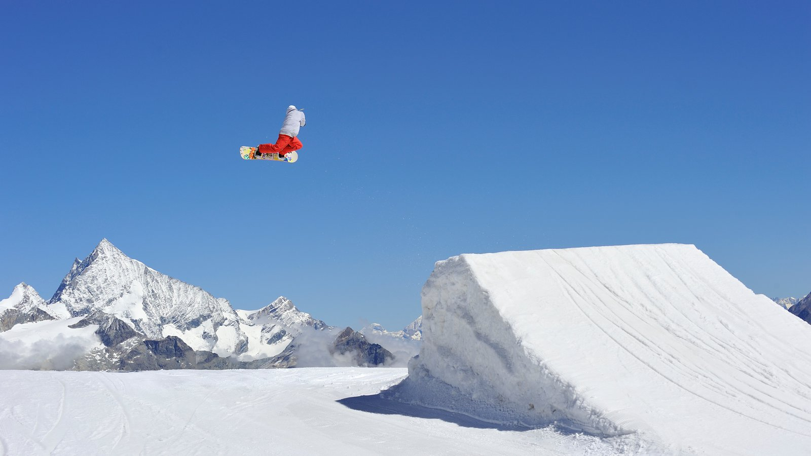 Matterhorn que incluye nieve y snowboard