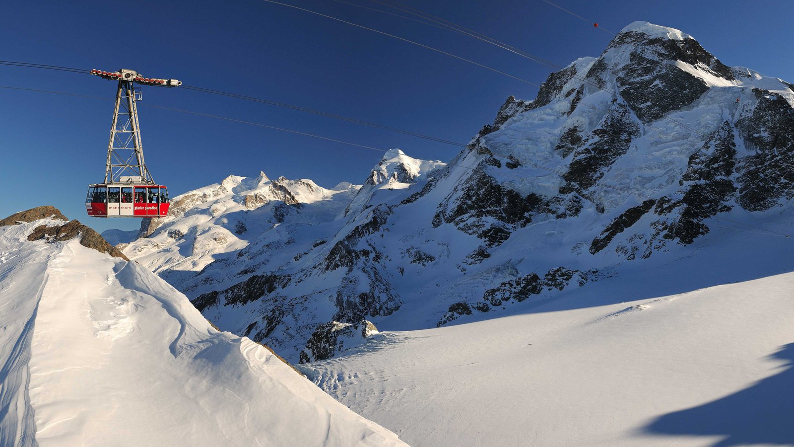 Matterhorn mostrando una góndola, nieve y montañas