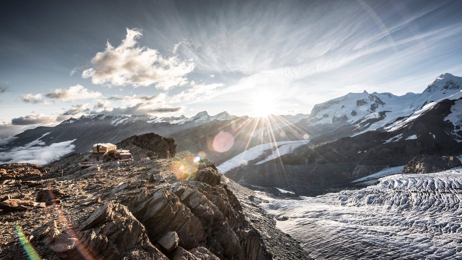 Matterhorn mostrando una puesta de sol y nieve