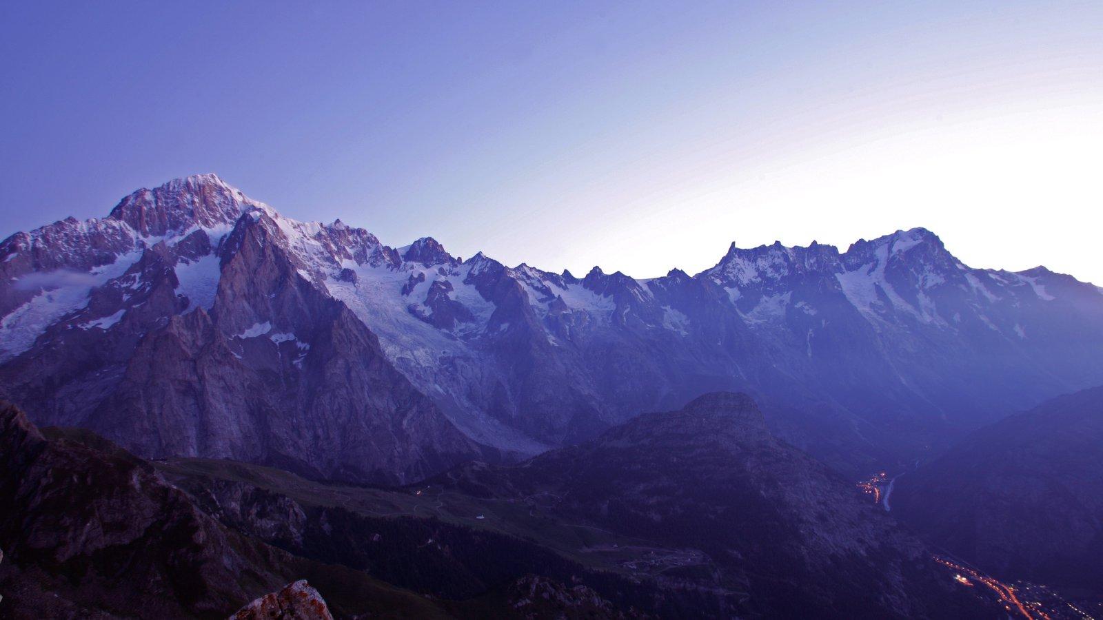 Courmayeur ofreciendo una puesta de sol, nieve y montañas