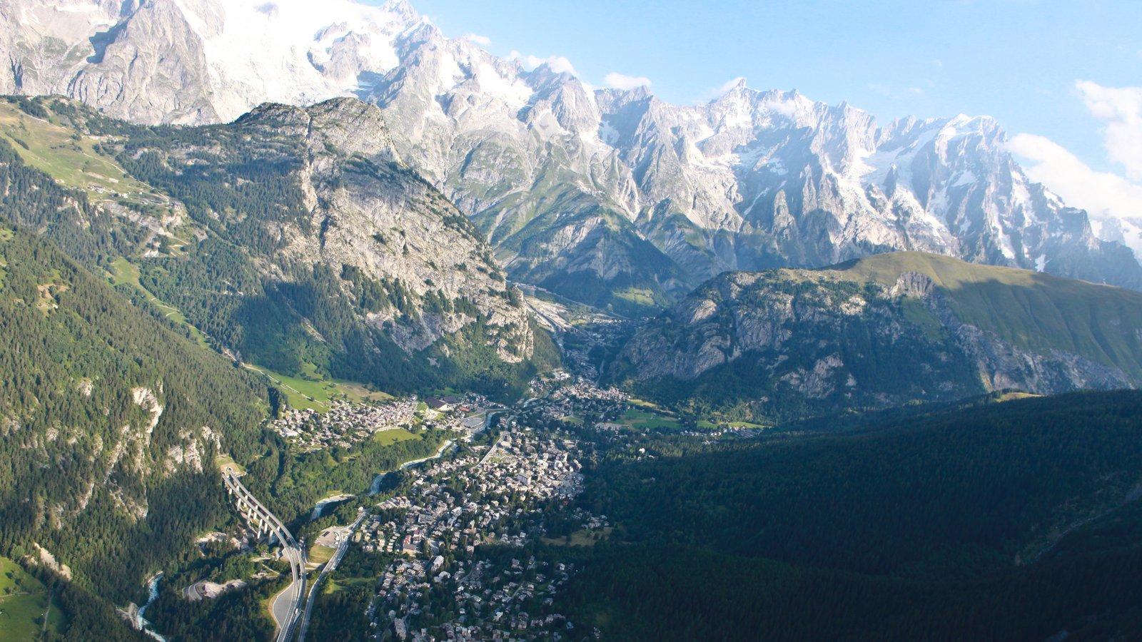 Courmayeur ofreciendo una pequeña ciudad o pueblo, montañas y nieve