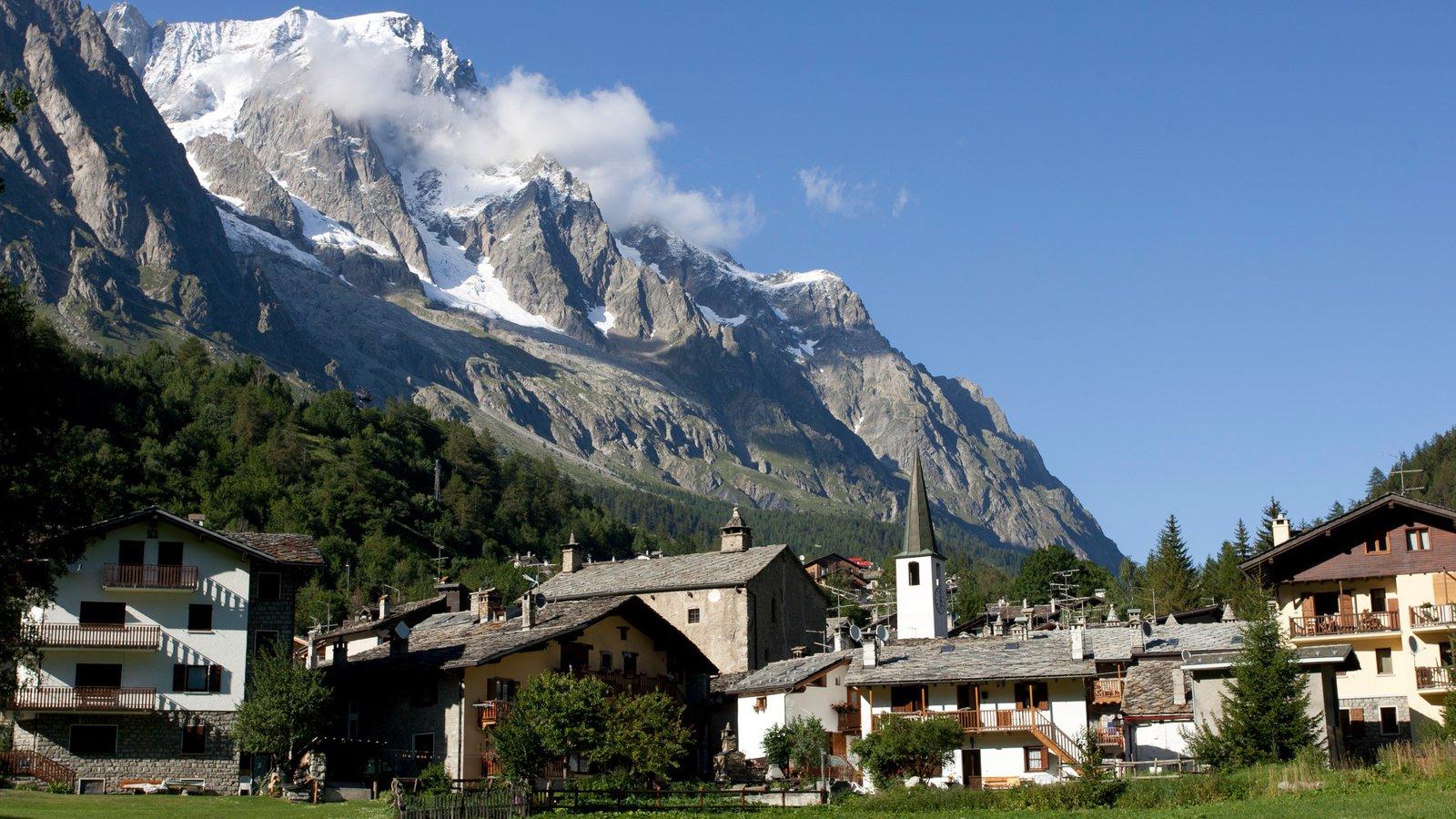 Courmayeur mostrando nieve, una pequeña ciudad o pueblo y montañas