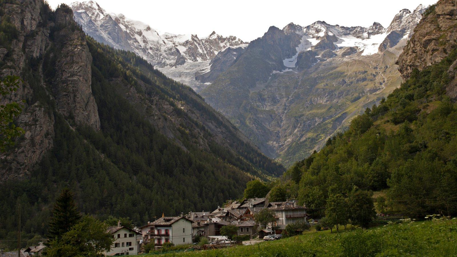 Courmayeur ofreciendo nieve, montañas y una pequeña ciudad o pueblo
