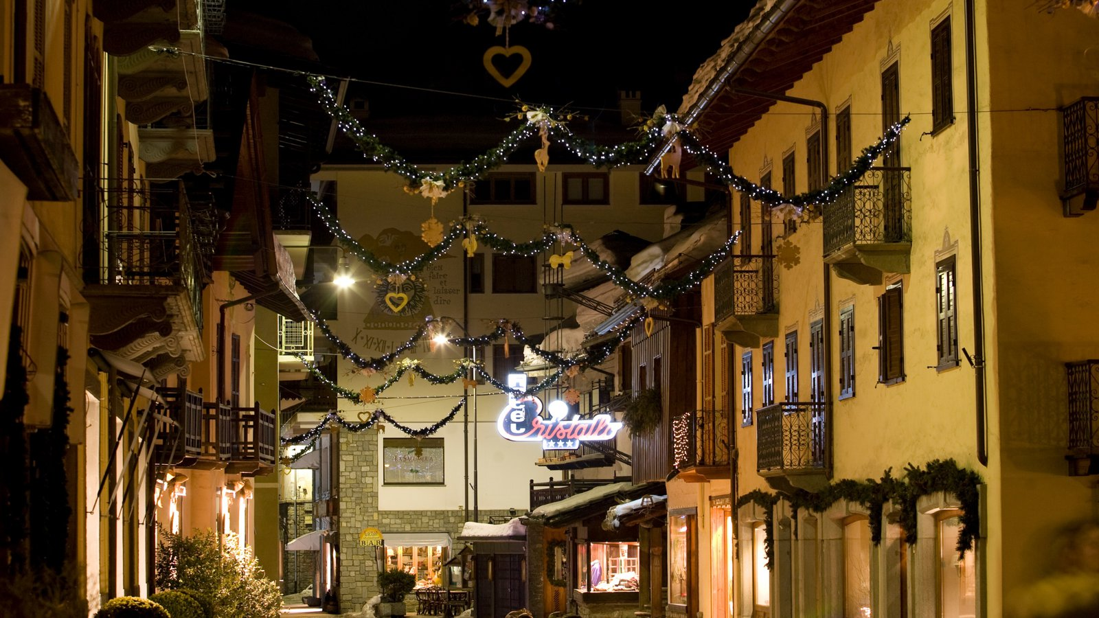 Courmayeur showing street scenes and night scenes