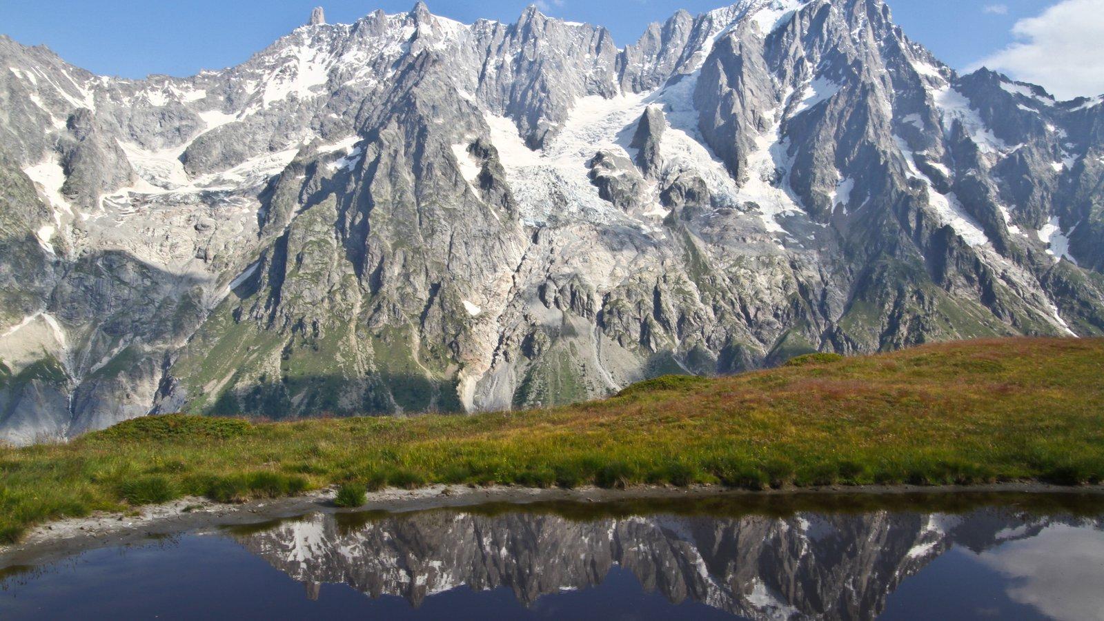 Courmayeur que incluye montañas, nieve y un estanque