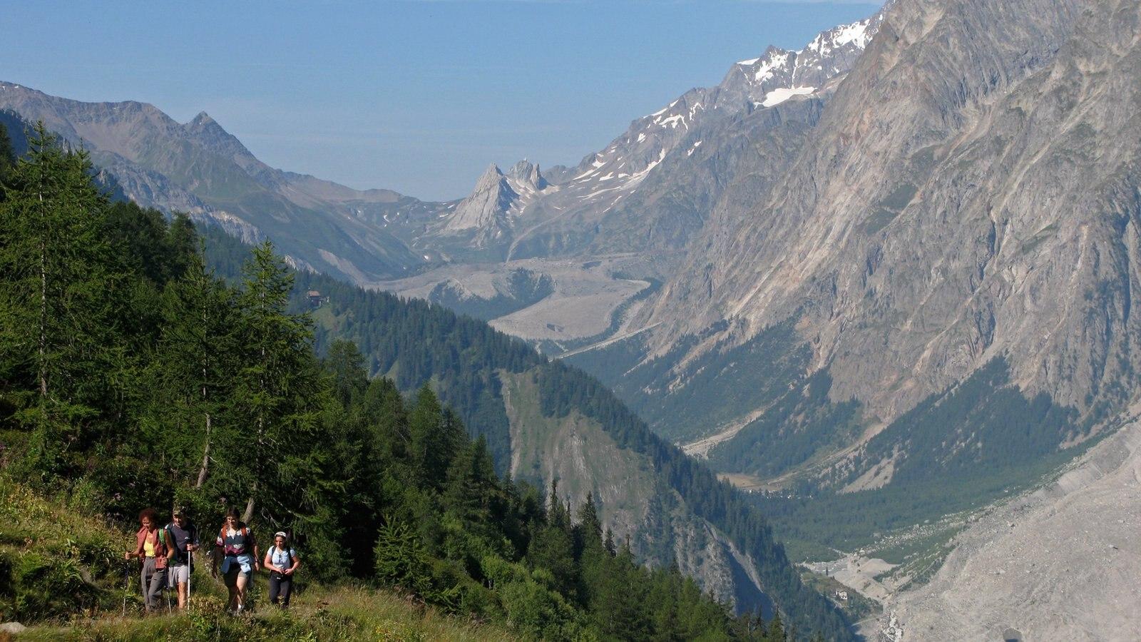 Courmayeur mostrando un barranco o cañón, senderismo o caminata y montañas