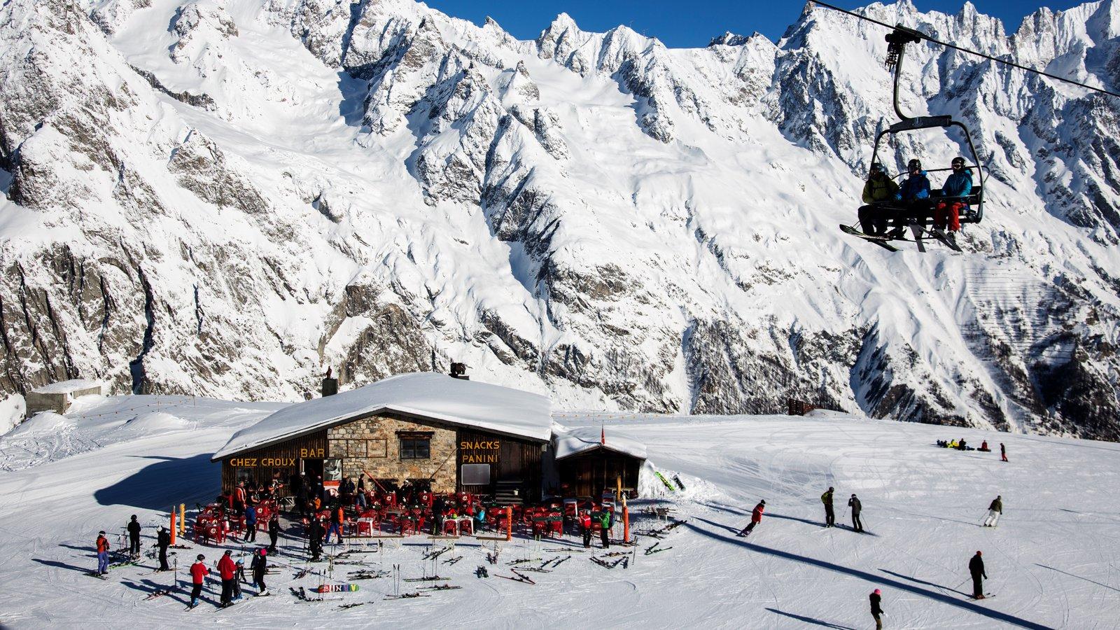 Courmayeur que incluye nieve, una góndola y montañas