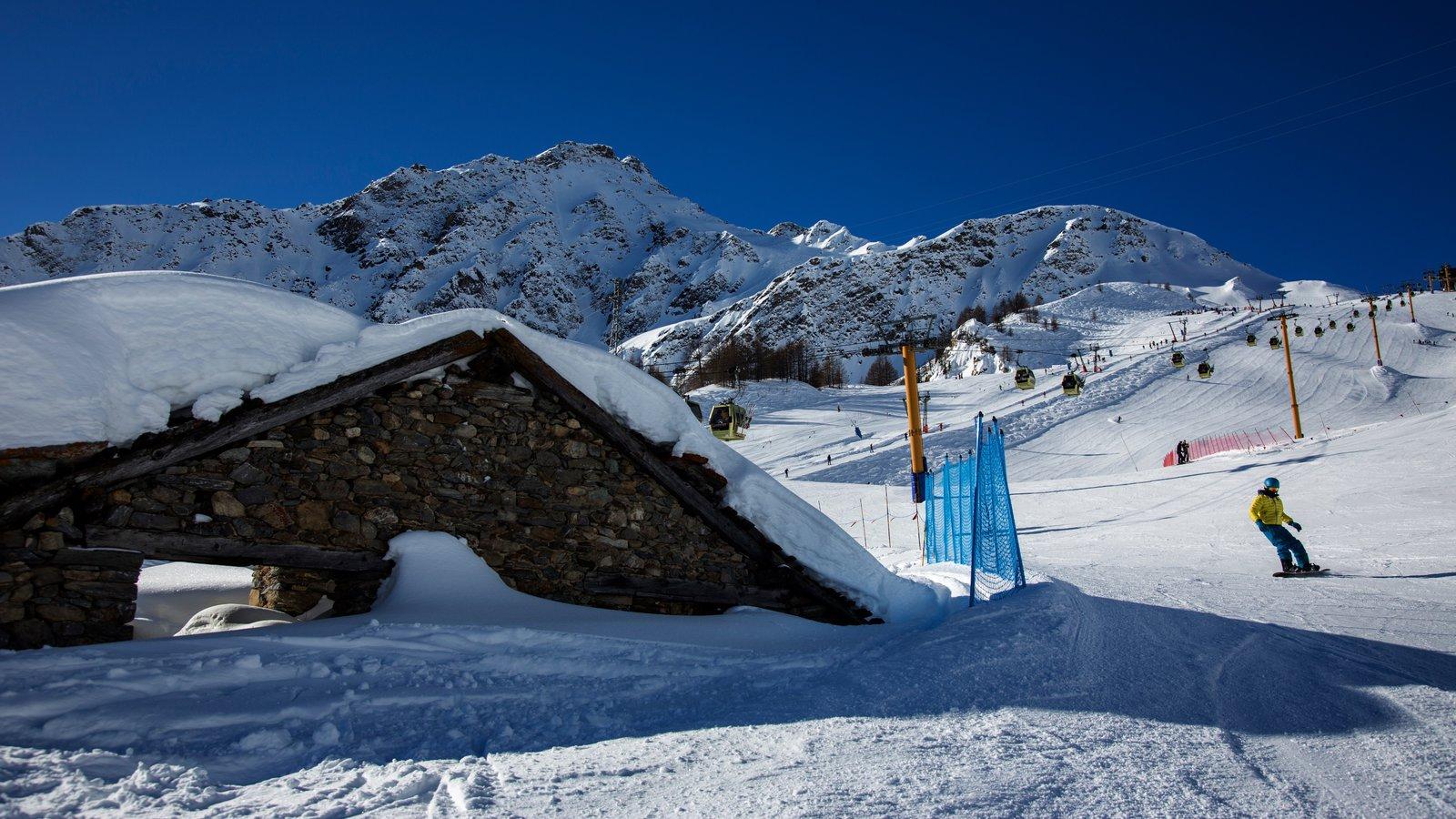 Courmayeur mostrando nieve, montañas y snowboard