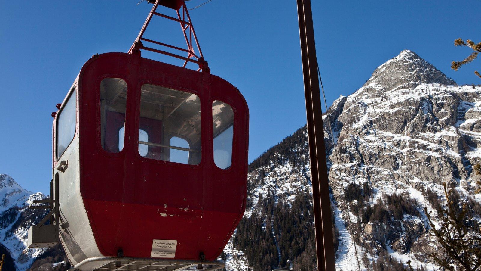 Courmayeur que incluye montañas, nieve y una góndola