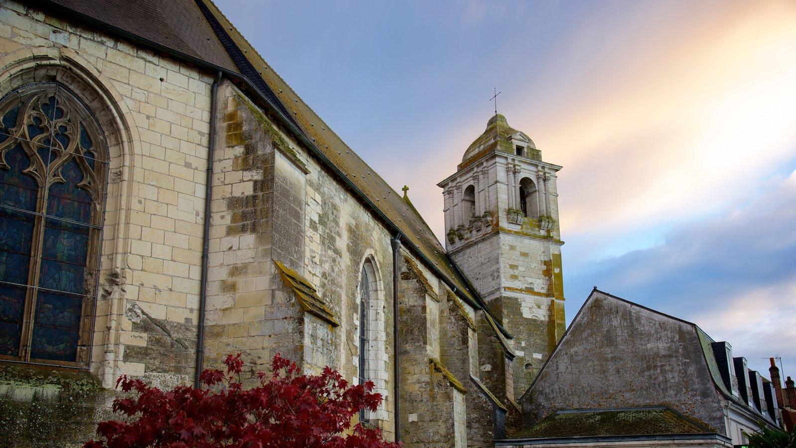 Amboise mostrando elementos de patrimônio e uma igreja ou catedral