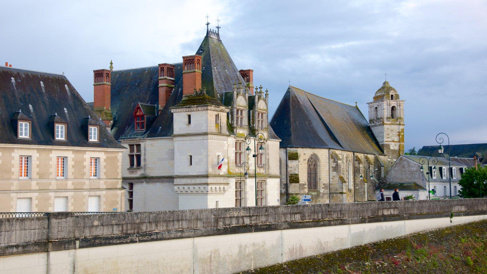 Amboise mostrando um pequeno castelo ou palácio e elementos de patrimônio