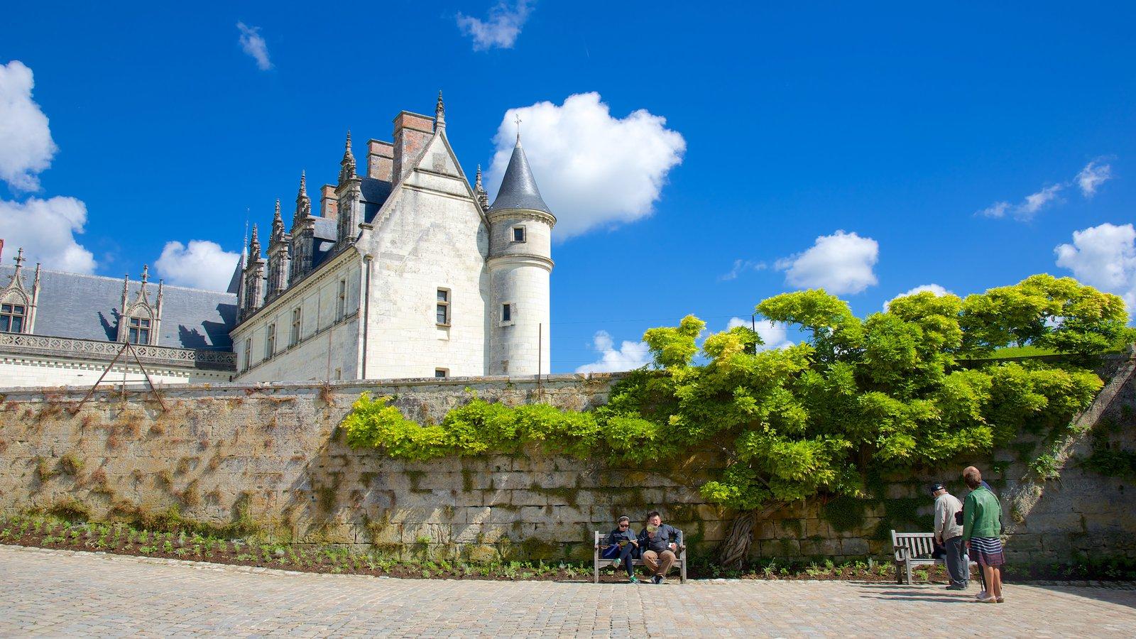 Chateau d\'Amboise mostrando um jardim e um pequeno castelo ou palácio
