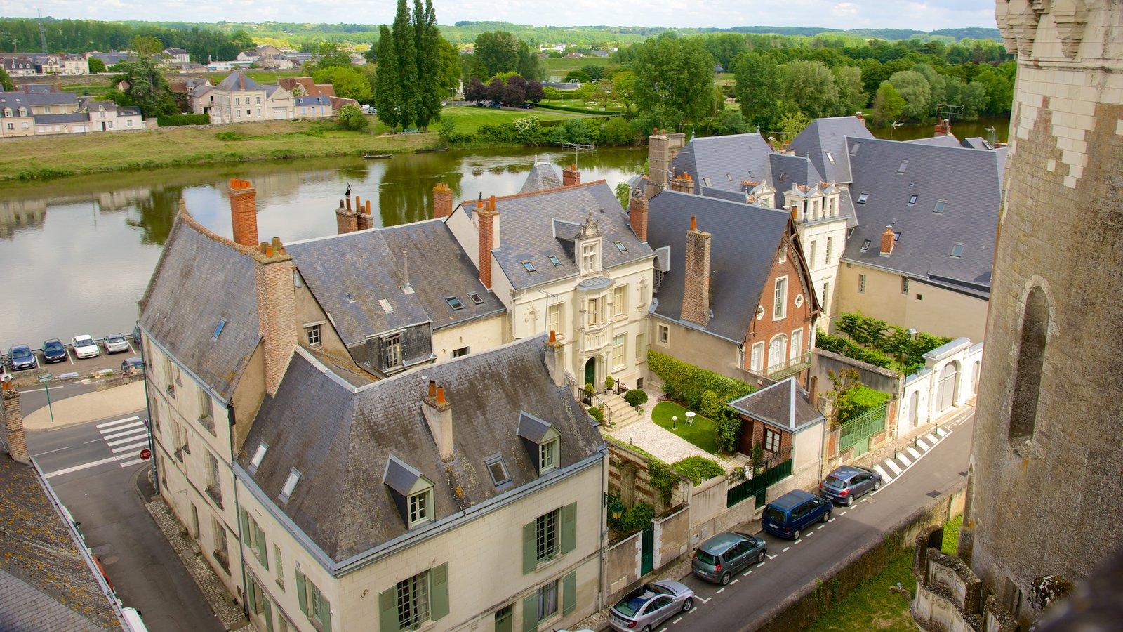 Amboise caracterizando uma cidade pequena ou vila, elementos de patrimônio e um rio ou córrego